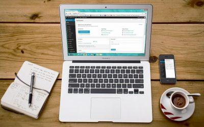 Un ordinateur avec l'administration de WordPress pour un site